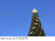 Верхушка городской новогодней елки и гирлянды лампочек на фоне синего неба. Стоковое фото, фотограф Ершова Дора Владимировна / Фотобанк Лори