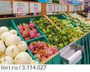Купить «Фрукты и овощи на азиатском рынке», фото № 3114027, снято 19 ноября 2018 г. (c) Виктор Савушкин / Фотобанк Лори