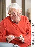 Купить «Мужчина в возрасте проверяет уровень сахара в крови дома», фото № 3114167, снято 7 января 2011 г. (c) Monkey Business Images / Фотобанк Лори