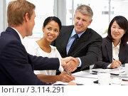 Купить «Мужчины жмут друг другу руки на переговорах, деловые девушки сидят рядом», фото № 3114291, снято 26 февраля 2011 г. (c) Monkey Business Images / Фотобанк Лори
