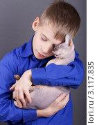 Мальчик с кошкой, эксклюзивное фото № 3117835, снято 26 сентября 2017 г. (c) Яна Королёва / Фотобанк Лори