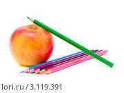 Купить «Яблоко и карандаши на белом фоне», фото № 3119391, снято 7 января 2012 г. (c) Ласточкин Евгений / Фотобанк Лори