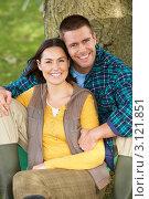 Счастливая пара отдыхает возле дерева в сельской местности. Стоковое фото, фотограф Monkey Business Images / Фотобанк Лори