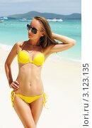 Купить «Девушка в желтом купальнике стоит  на берегу моря», фото № 3123135, снято 29 июля 2011 г. (c) Николай Охитин / Фотобанк Лори