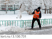 Купить «Дворник убирает лопатой снег с тротуара», эксклюзивное фото № 3130731, снято 10 января 2012 г. (c) Родион Власов / Фотобанк Лори