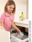 Купить «Девочка сортирует отходы дома», фото № 3133023, снято 5 января 2011 г. (c) Monkey Business Images / Фотобанк Лори