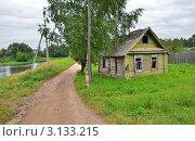 Купить «Старый заброшенный дом у реки», эксклюзивное фото № 3133215, снято 1 августа 2011 г. (c) Елена Коромыслова / Фотобанк Лори