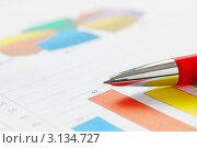 Разноцветный график и красная ручка. Стоковое фото, фотограф human / Фотобанк Лори