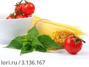 Мокрые помидоры, ветка мяты и спагетти на белом фоне. Стоковое фото, фотограф Величко Микола / Фотобанк Лори