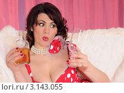 Купить «Девушка в красном платье держит пустой бокал и бутылку виски», фото № 3143055, снято 3 января 2012 г. (c) Юрий Соловьёв / Фотобанк Лори