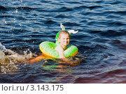Купить «Мальчик плывет на надувном круге», эксклюзивное фото № 3143175, снято 2 июля 2011 г. (c) Александр Щепин / Фотобанк Лори