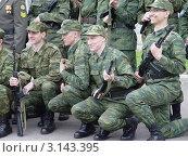 Купить «Солдаты. Фотографирование на память после присяги», фото № 3143395, снято 18 июня 2011 г. (c) Светлана Кузнецова / Фотобанк Лори