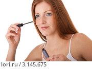 Купить «Портрет молодой рыжеволосой девушки с тушью для ресниц, нанесение макияжа», фото № 3145675, снято 20 марта 2009 г. (c) CandyBox Images / Фотобанк Лори