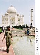 Купить «Девушка - полицейский на охране храма Тадж - Махал», эксклюзивное фото № 3150171, снято 5 марта 2020 г. (c) Free Wind / Фотобанк Лори
