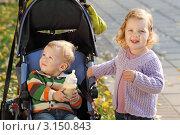 Купить «Дети на прогулке в осеннем парке», фото № 3150843, снято 8 октября 2011 г. (c) Игорь Долгов / Фотобанк Лори