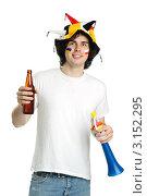 Купить «Футбольный болельщик в шапке с дудкой и бутылкой пива в руке», фото № 3152295, снято 18 мая 2011 г. (c) Величко Микола / Фотобанк Лори