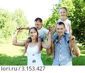 Купить «Семья с двумя детьми на плечах в летнем парке», фото № 3153427, снято 9 декабря 2019 г. (c) Sergey Nivens / Фотобанк Лори