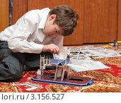 Мальчик подросток собирает конструктор. Стоковое фото, фотограф Игорь Низов / Фотобанк Лори