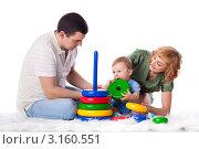 Купить «Молодые родители и ребенок играют на белом фоне», фото № 3160551, снято 15 января 2012 г. (c) Мельников Дмитрий / Фотобанк Лори