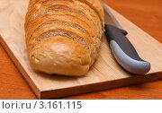 Нарезка белого хлеба и нож на разделочной доске. Стоковое фото, фотограф Игорь Низов / Фотобанк Лори