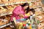Портрет мамы с ребенком в супермаркете, выбирают продукты, фото № 3164155, снято 15 мая 2009 г. (c) CandyBox Images / Фотобанк Лори