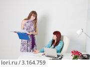 Купить «Строгая начальница слушает доклад стоящей у ее стола секретарши», фото № 3164759, снято 5 июня 2011 г. (c) Сергей Дубров / Фотобанк Лори