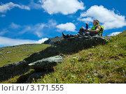 Купить «Туристка на привале с термосом в руках сидит на камне на горе под голубым небом», фото № 3171555, снято 17 июля 2011 г. (c) Яков Филимонов / Фотобанк Лори
