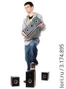 Купить «Молодой человек с  динамиками на белом фоне», фото № 3174895, снято 5 февраля 2010 г. (c) Сергей Сухоруков / Фотобанк Лори
