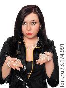 Купить «Удивленная брюнетка в кожаной куртке с жемчужными бусами», фото № 3174991, снято 17 ноября 2018 г. (c) Сергей Сухоруков / Фотобанк Лори