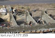 Рабочие-гастарбайтеры строят кооперативные гаражи. Стоковое фото, фотограф Литвинова Евгения / Фотобанк Лори