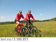 Купить «Портрет счастливой молодой пары на велосипедах на фоне голубого неба», фото № 3180851, снято 28 августа 2009 г. (c) CandyBox Images / Фотобанк Лори