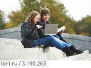 Купить «Два студента сидят на ступеньках и смотрят в ноутбук», фото № 3190263, снято 19 октября 2018 г. (c) Дмитрий Калиновский / Фотобанк Лори