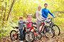 Дружная  семья  на  велосипедной  прогулке, фото № 3190567, снято 8 октября 2011 г. (c) Raev Denis / Фотобанк Лори