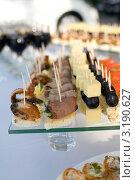 Купить «Шведский стол с разными бутербродами и напитками», фото № 3190627, снято 28 января 2012 г. (c) Момотюк Сергей / Фотобанк Лори