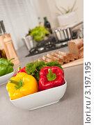 Купить «Чаша с болгарским перцем и брокколи на столешнице на кухне», фото № 3197195, снято 21 октября 2009 г. (c) CandyBox Images / Фотобанк Лори