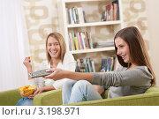 Купить «Портрет радостных студенток перед телевизором в домашней обстановке», фото № 3198971, снято 6 ноября 2009 г. (c) CandyBox Images / Фотобанк Лори