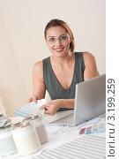 Купить «Молодая женщина-дизайнер за рабочим столом показывает палитру цветов», фото № 3199259, снято 16 ноября 2009 г. (c) CandyBox Images / Фотобанк Лори