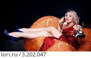 Купить «Симпатичная блондинка разговаривает по ретро телефону, сидя в кресле», фото № 3202047, снято 22 января 2012 г. (c) Кирилл Греков / Фотобанк Лори