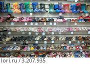 Купить «Витрина с детской обувью в магазине», фото № 3207935, снято 2 ноября 2011 г. (c) Яков Филимонов / Фотобанк Лори