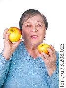 Купить «Бабушка с яблоками», эксклюзивное фото № 3208023, снято 28 января 2012 г. (c) Куликова Вероника / Фотобанк Лори