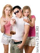 Купить «Две девушки и молодой человек с бутылкой виски», фото № 3208383, снято 11 февраля 2010 г. (c) Сергей Сухоруков / Фотобанк Лори