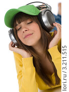 Девушка с закрытыми глазами наслаждается музыкой. Стоковое фото, фотограф CandyBox Images / Фотобанк Лори