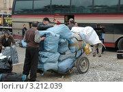 """""""Челноки"""" загружают вещи в автобус (2007 год). Редакционное фото, фотограф Юрий Пирогов / Фотобанк Лори"""