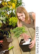 Купить «Комнатные растения и улыбающаяся девушка с деревом-бонсай», фото № 3214599, снято 3 мая 2010 г. (c) CandyBox Images / Фотобанк Лори