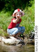 Девочка брызгает водой. Стоковое фото, фотограф Артём Скороделов / Фотобанк Лори