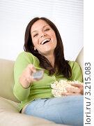 Купить «Смеющаяся шатенка переключает каналы пультом, держа чашу с попкорном», фото № 3215083, снято 16 мая 2010 г. (c) CandyBox Images / Фотобанк Лори