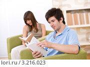 Купить «Двое молодых ребят погружены в чтение», фото № 3216023, снято 17 апреля 2010 г. (c) CandyBox Images / Фотобанк Лори