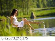Купить «Красивая девушка в белом платье сидит на берегу озера», фото № 3216375, снято 5 июня 2010 г. (c) CandyBox Images / Фотобанк Лори