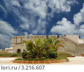 Купить «Замок Фредерика II под голубым небом с облаками, Сиракузы,Сицилия, Италия», фото № 3216607, снято 30 апреля 2011 г. (c) Владимир Журавлев / Фотобанк Лори