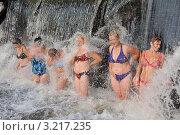 Купание женщин под искусственным водопадом (2010 год). Редакционное фото, фотограф Владимир ГОРОВЫХ / Фотобанк Лори